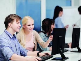 Junge Leute, die studieren